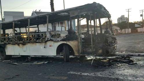 Onibus do PMDB queimado